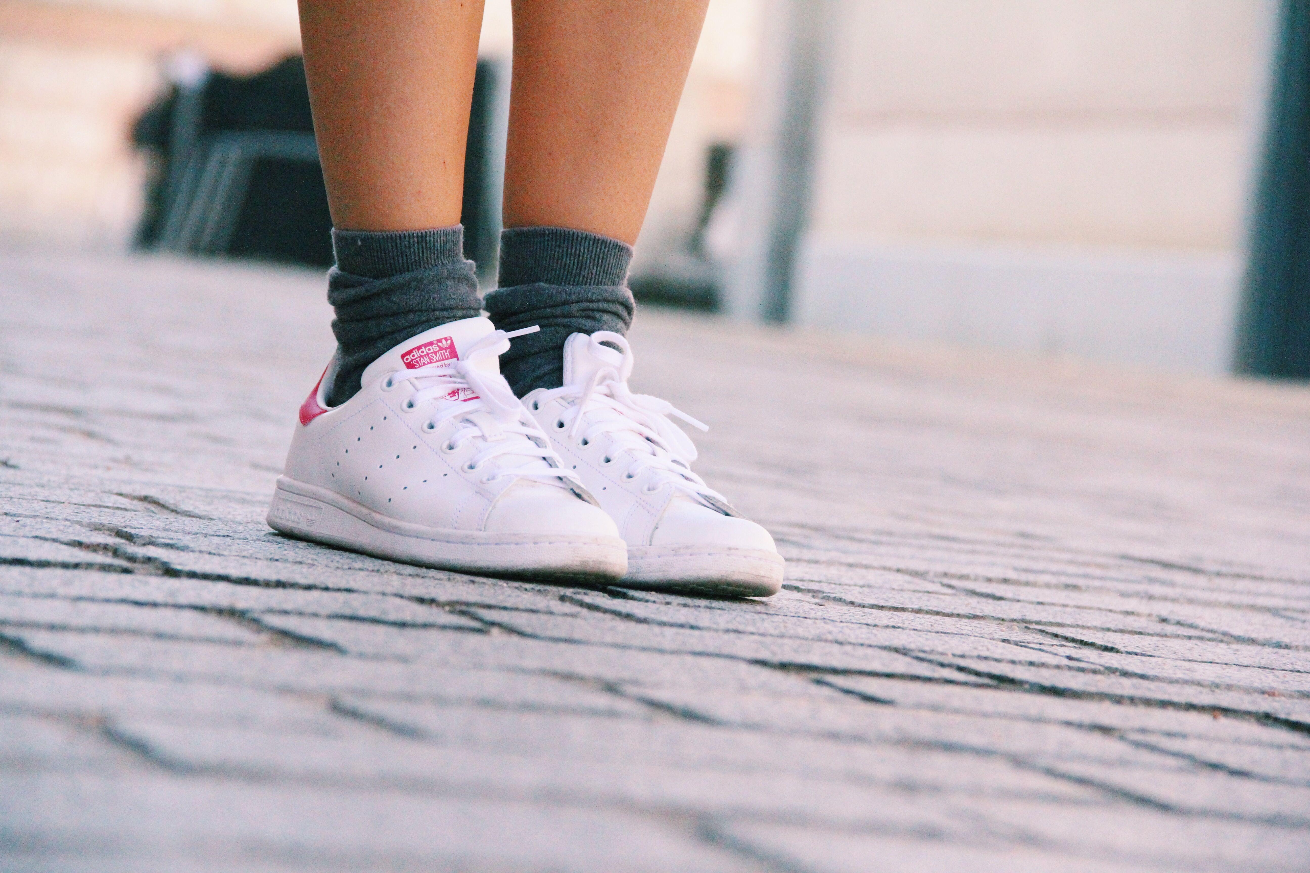 stan_smith_adidas-conjunto_de_punto_gris-grey-zapatillas_blancas_how_to_combine_white_sneackers-compañia_fantastica-jersey_de_punto-como_combinar_zapatillas_blancas