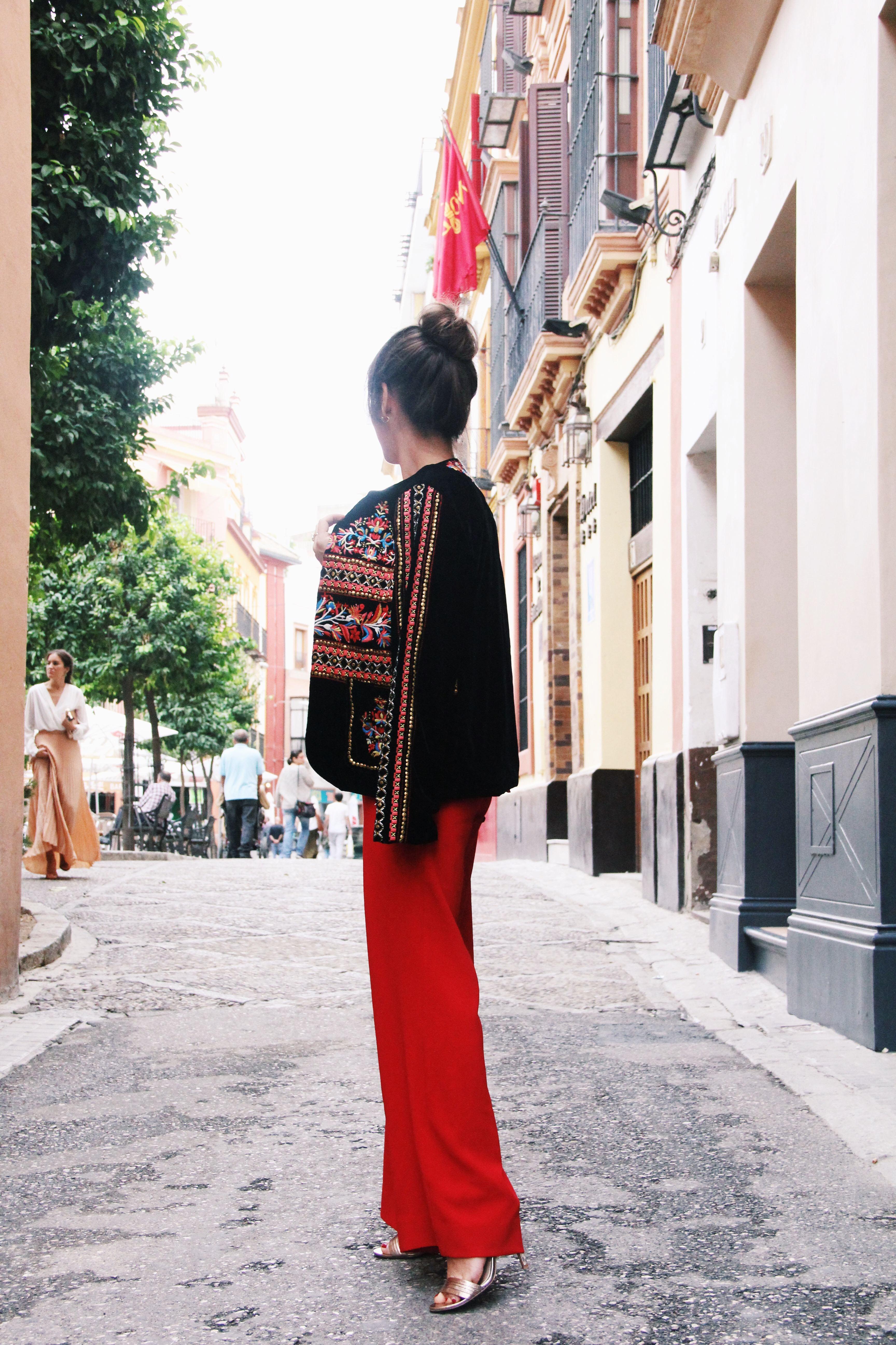 Zara- mono_rojo-Iook_de_boda-cinturon_de_pluma-complementos_dorados- red_outfit- chaqueta_terciopelo_bordado- Less_is_more-5
