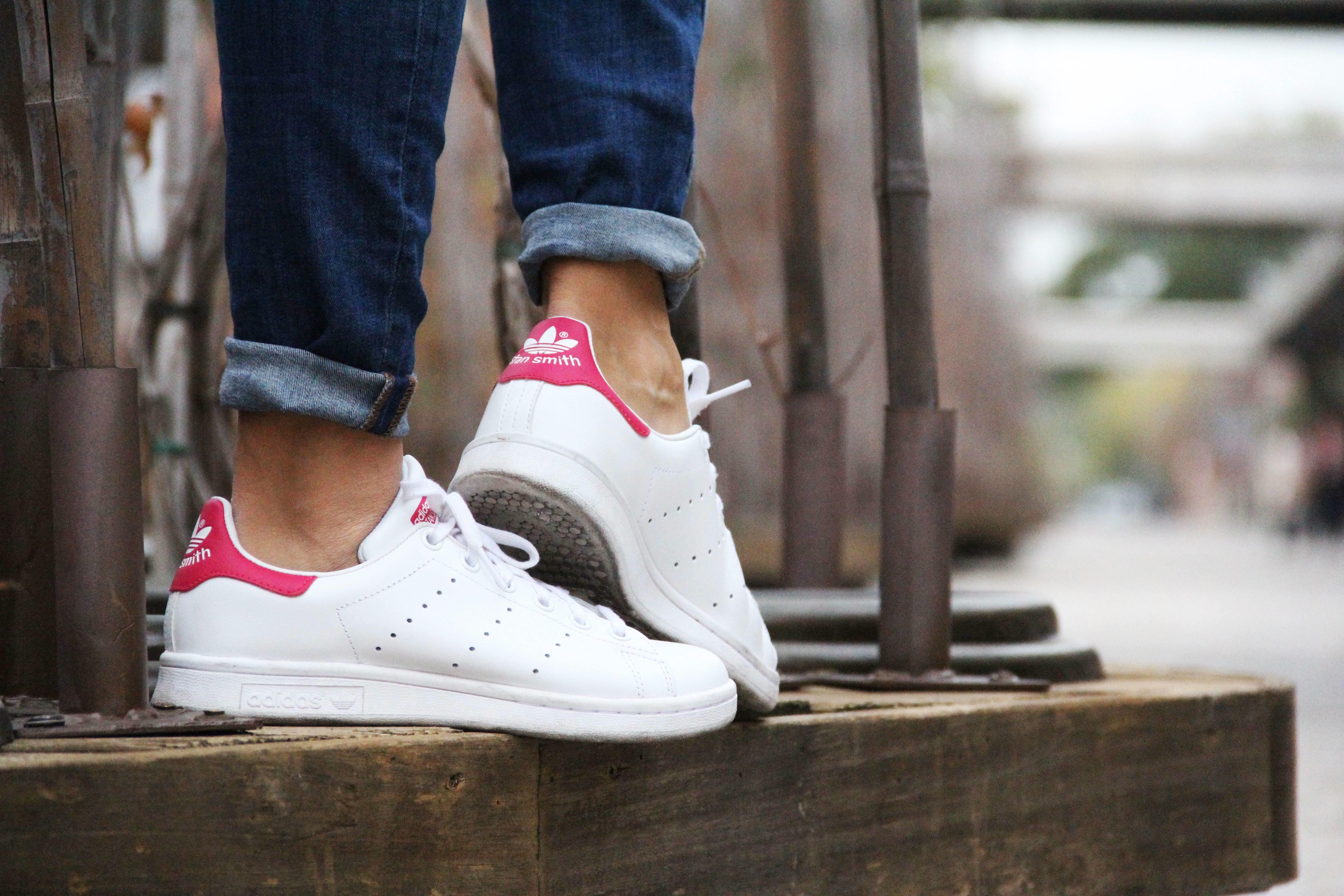 11_Less_is_more-ripped_jeans-compañía_fantástica-zapatillas_blancas-sneackers-gorro_de_pelo-blazer_de_cuadros-outfit-street_style-outfit-fashion_blogger
