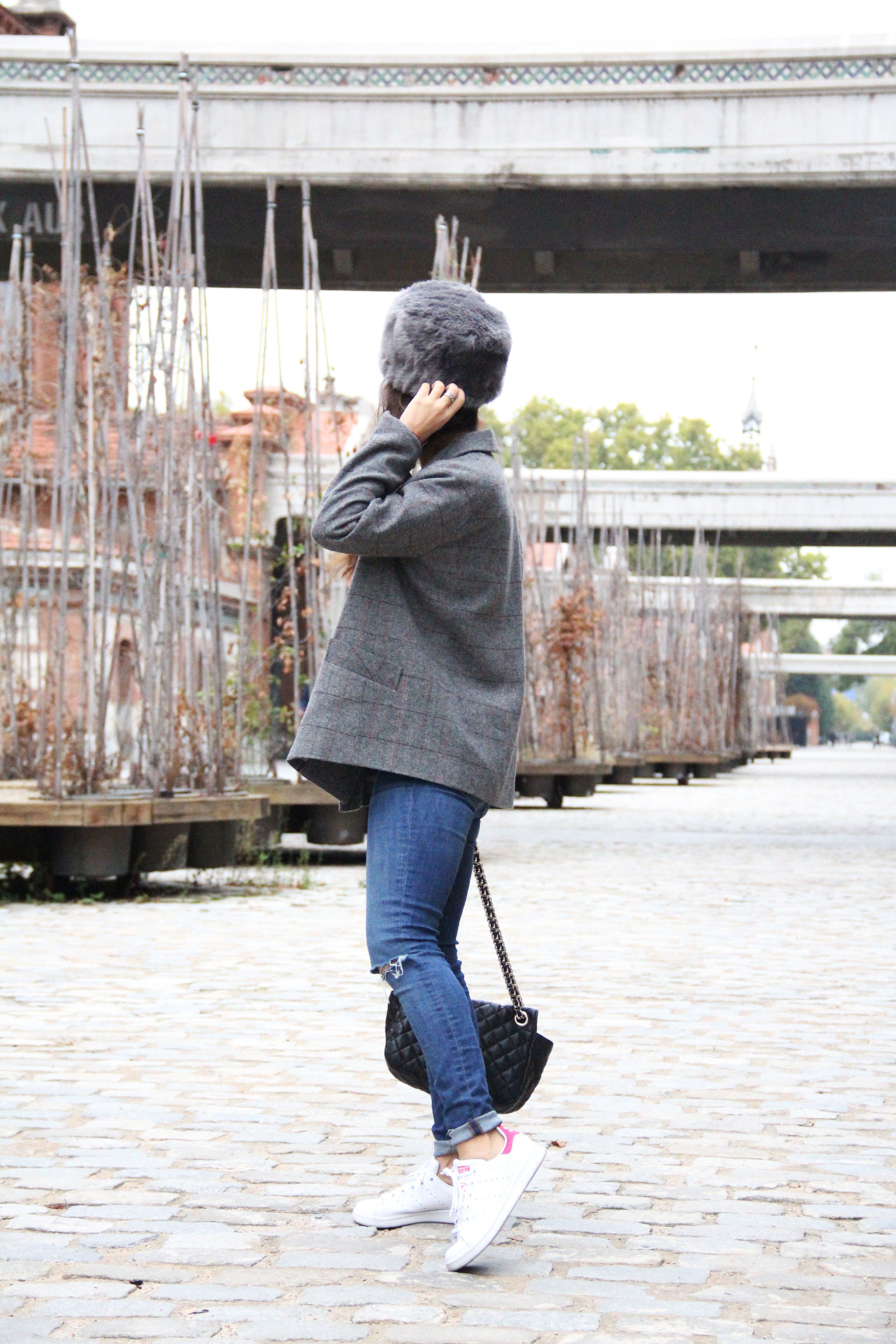 2_Less_is_more-ripped_jeans-compañía_fantástica-zapatillas_blancas-sneackers-gorro_de_pelo-blazer_de_cuadros-outfit-street_style-outfit-fashion_blogger