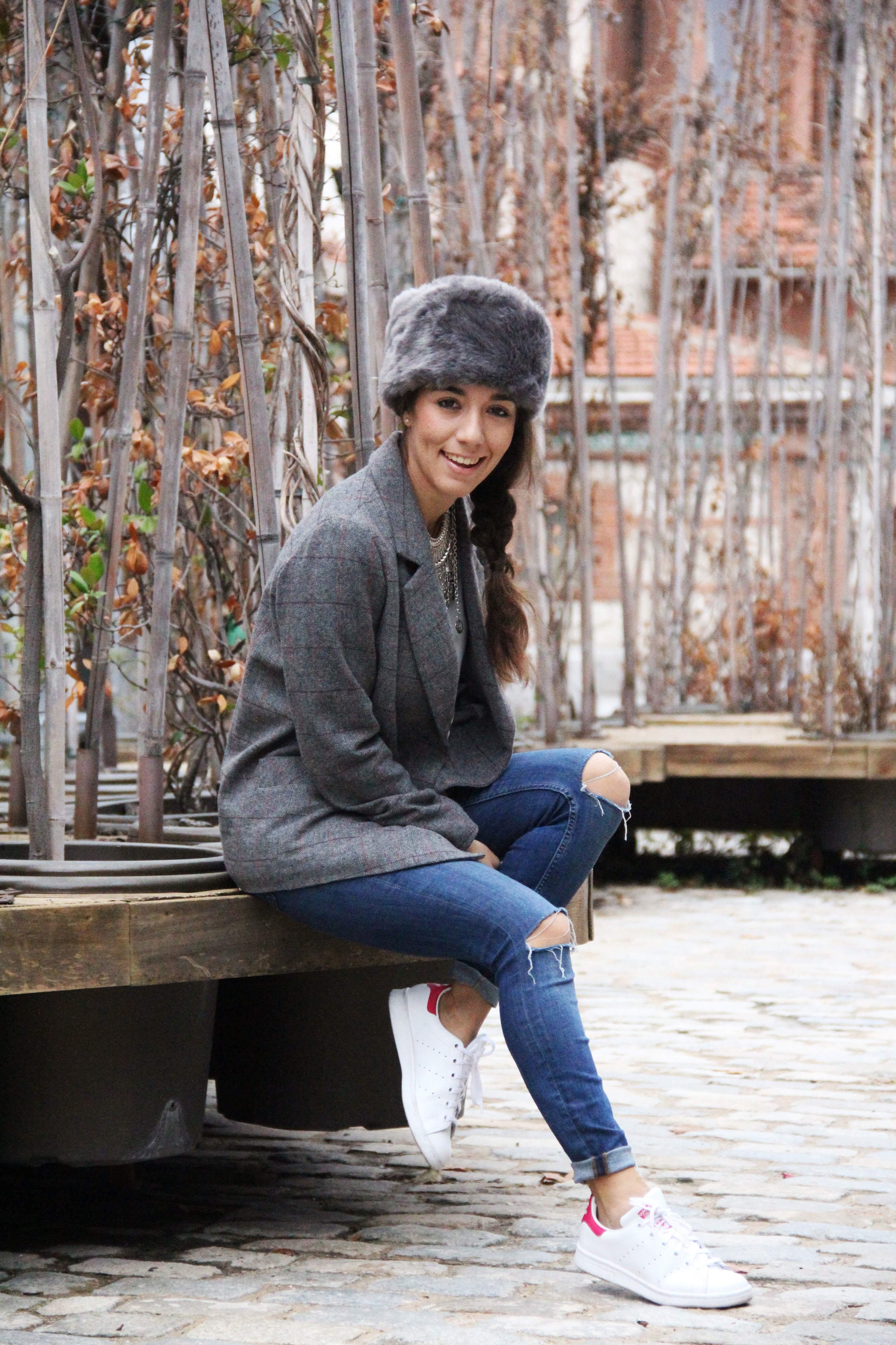 6_Less_is_more-ripped_jeans-compañía_fantástica-zapatillas_blancas-sneackers-gorro_de_pelo-blazer_de_cuadros-outfit-street_style-outfit-fashion_blogger