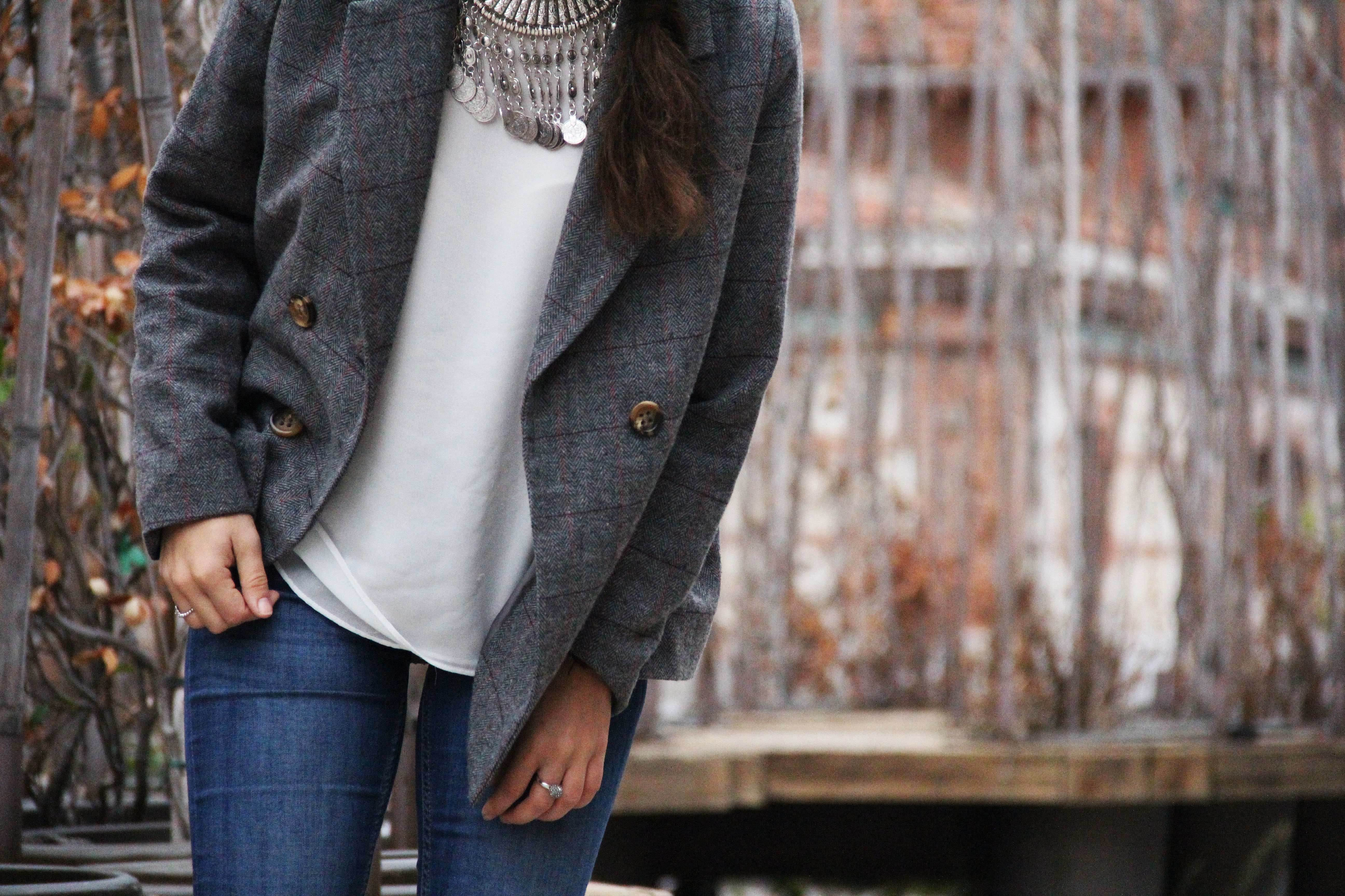 9_Less_is_more-ripped_jeans-compañía_fantástica-zapatillas_blancas-sneackers-gorro_de_pelo-blazer_de_cuadros-outfit-street_style-outfit-fashion_blogger