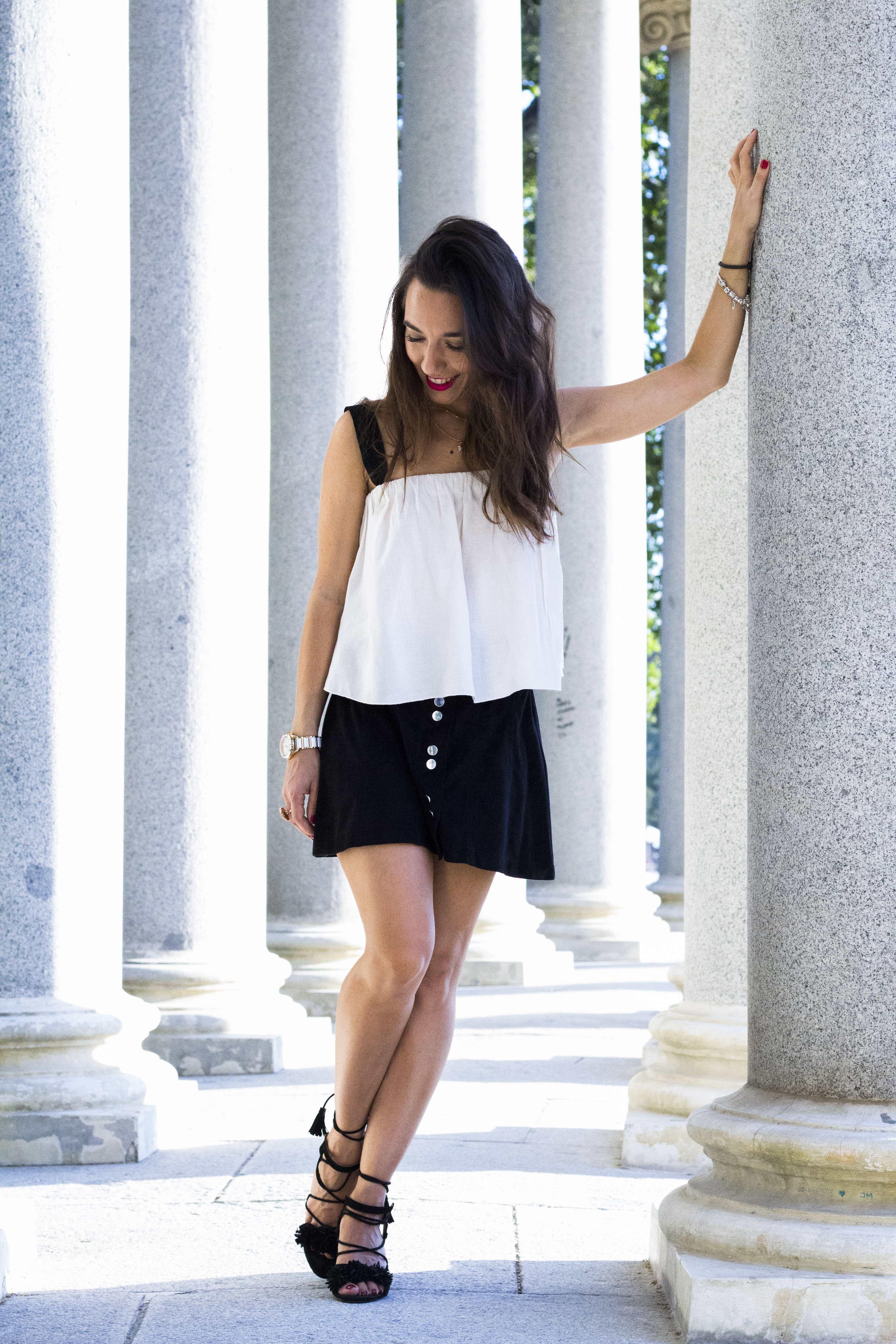 blusa_blanca-falda_negra-top_blanco_y_negro-Topknot-sandalias_con_flecos-black_look-summer-summer_look-lessismoreblog