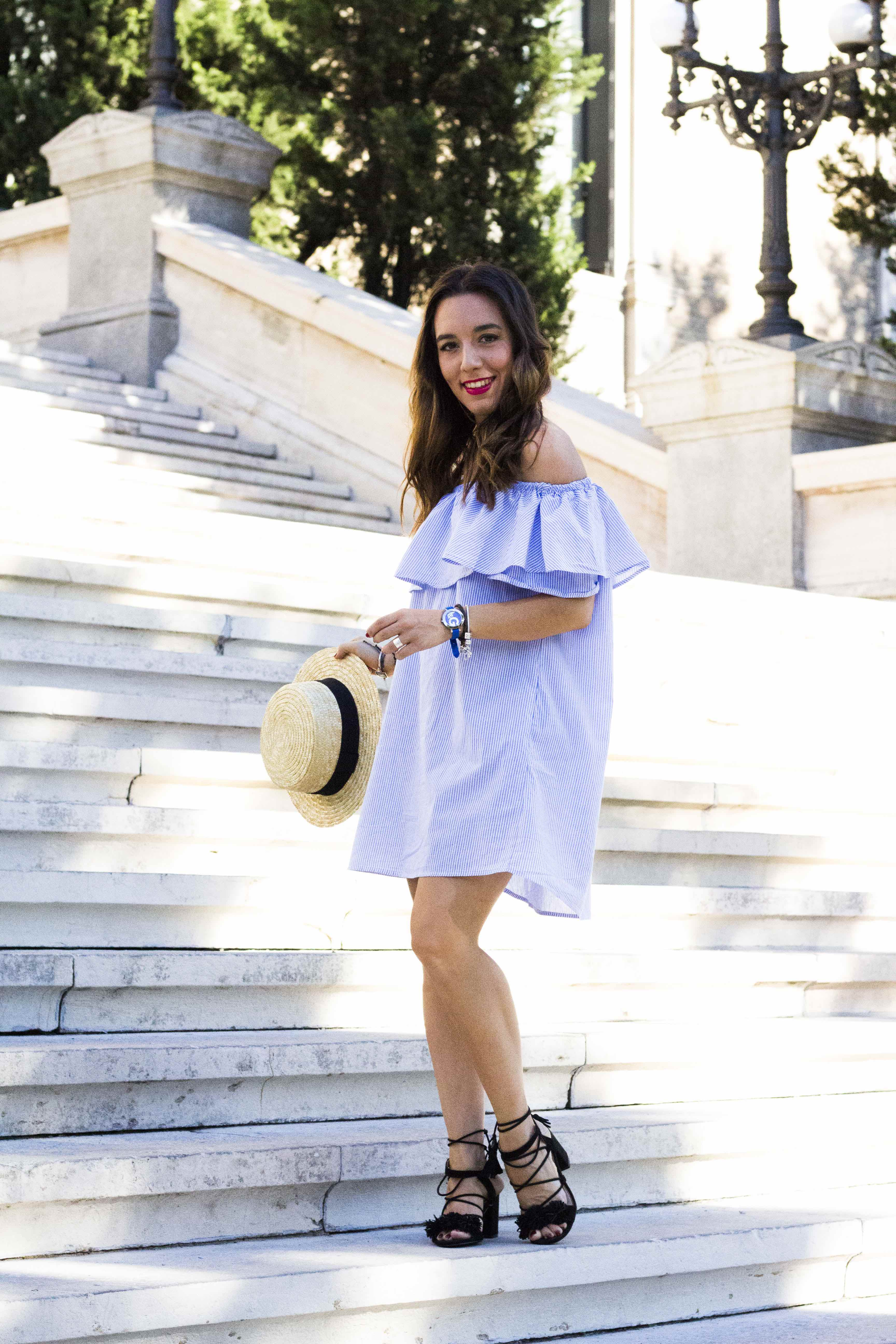 lucir_hombros_esta_de_moda-Summer_look-sombrero_borsalino-Off_The_Shoulders-Less_Is_More-sandalias_atadas-Street_Style-Sandalias_flecos-vestido_de_rayas-vestido_volante_zara-lessismoreblog