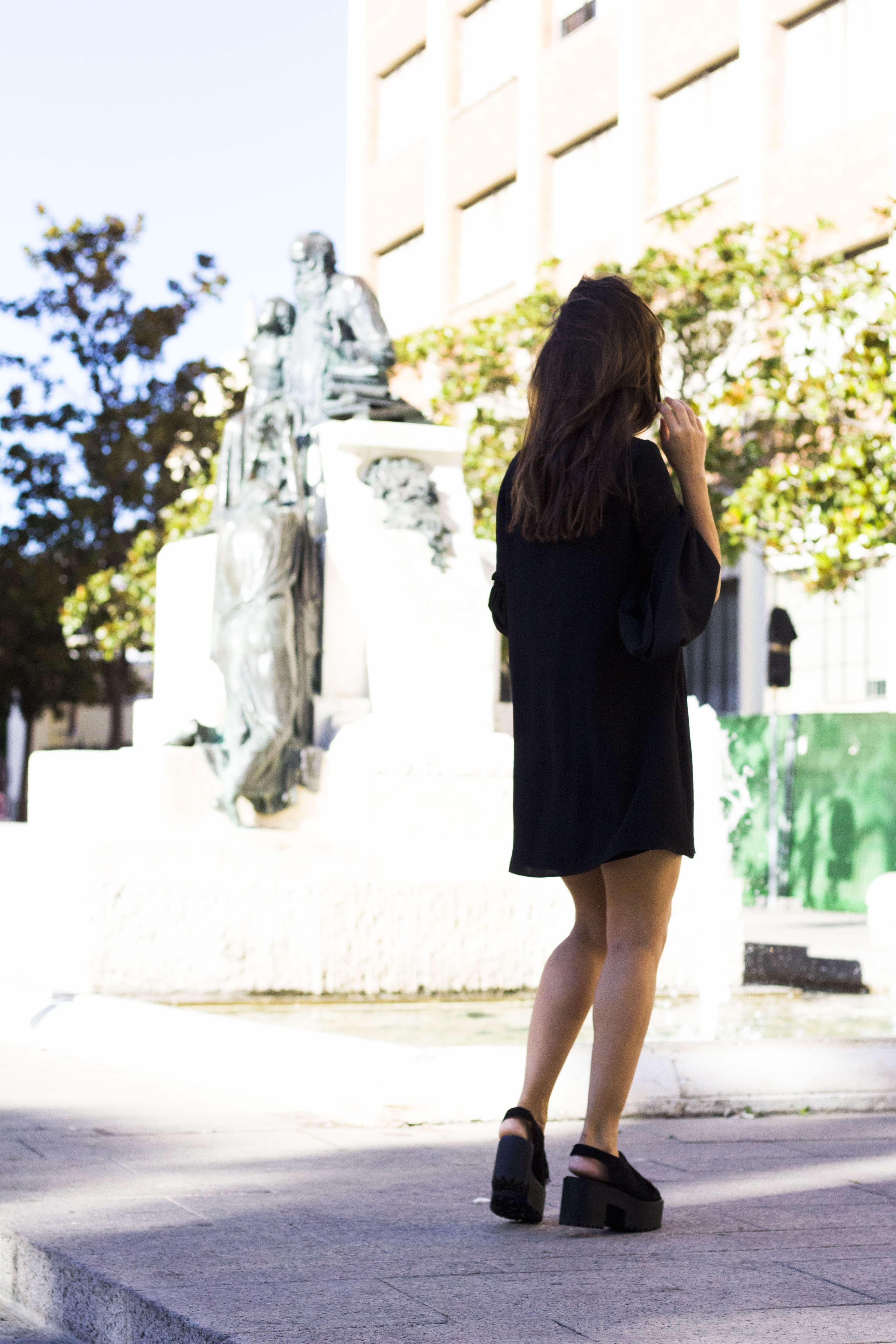 vestido_negro-mangas_campana