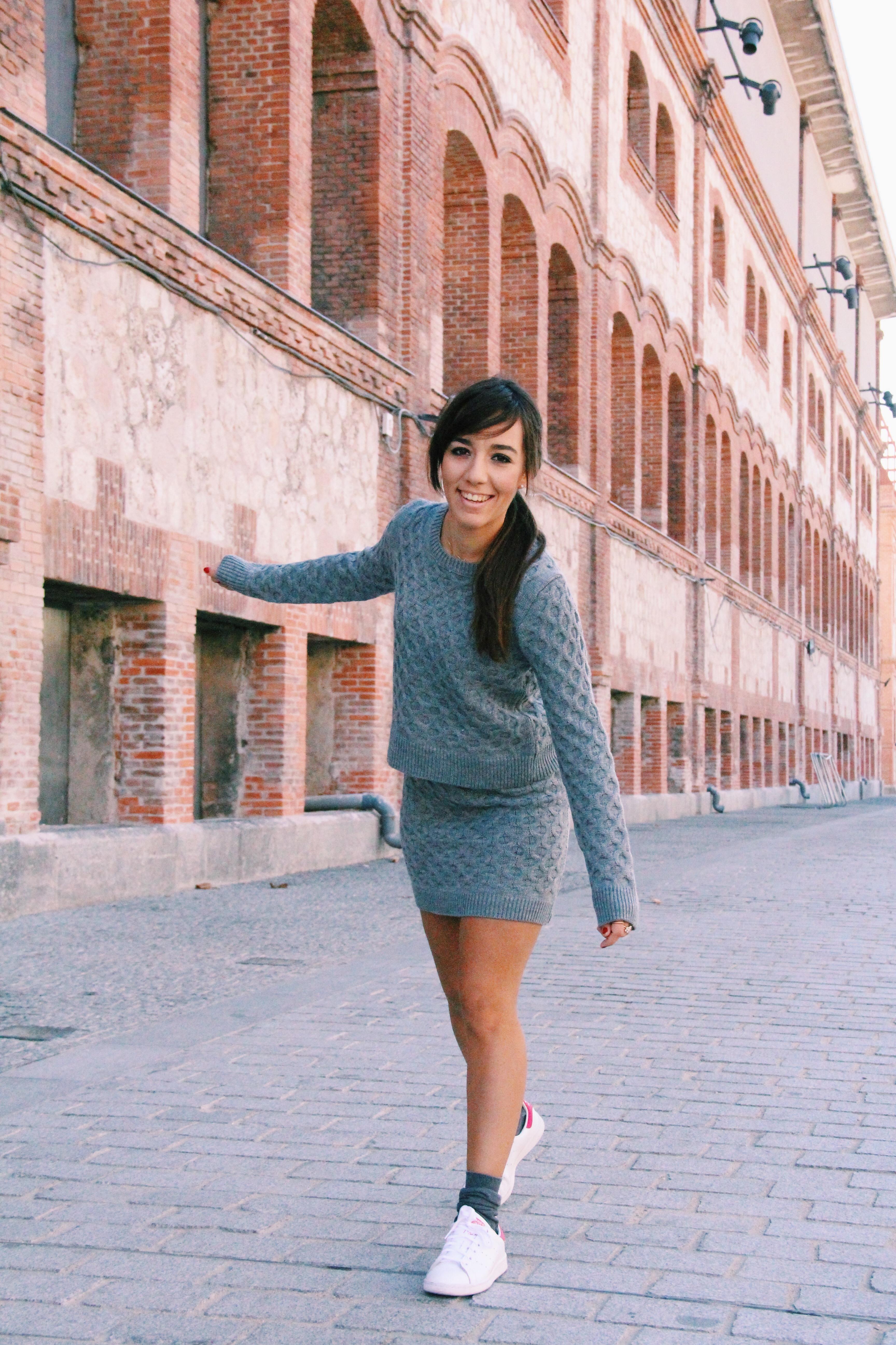conjunto_de_punto_gris-grey-zapatillas_blancas_how_to_combine_white_sneackers-compañia_fantastica-jersey_de_punto-como_combinar_zapatillas_blancas