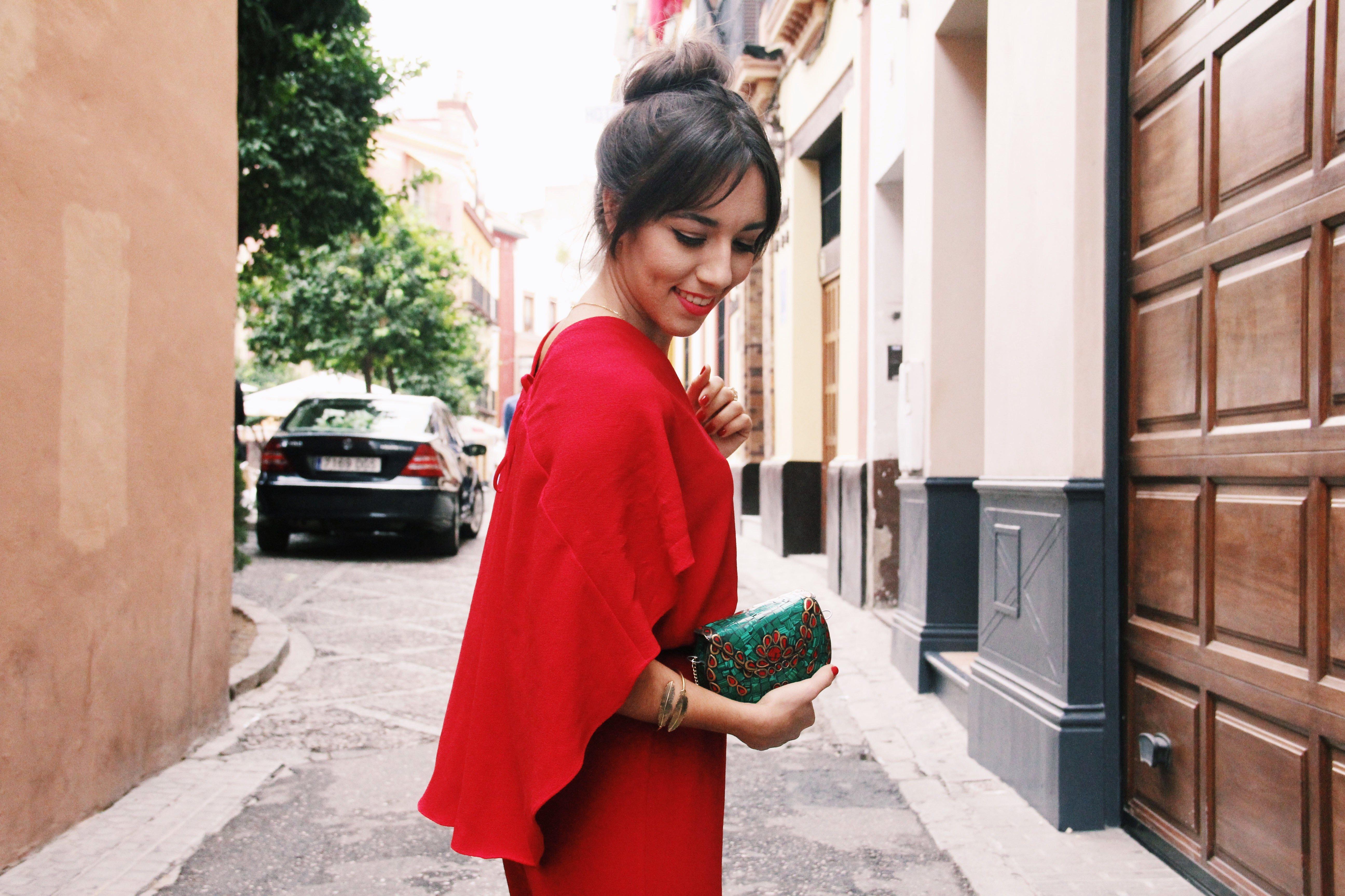 Zara- mono_rojo-Iook_de_boda-cinturon_de_pluma-complementos_dorados- red_outfit- chaqueta_terciopelo_bordado- Less_is_more-6