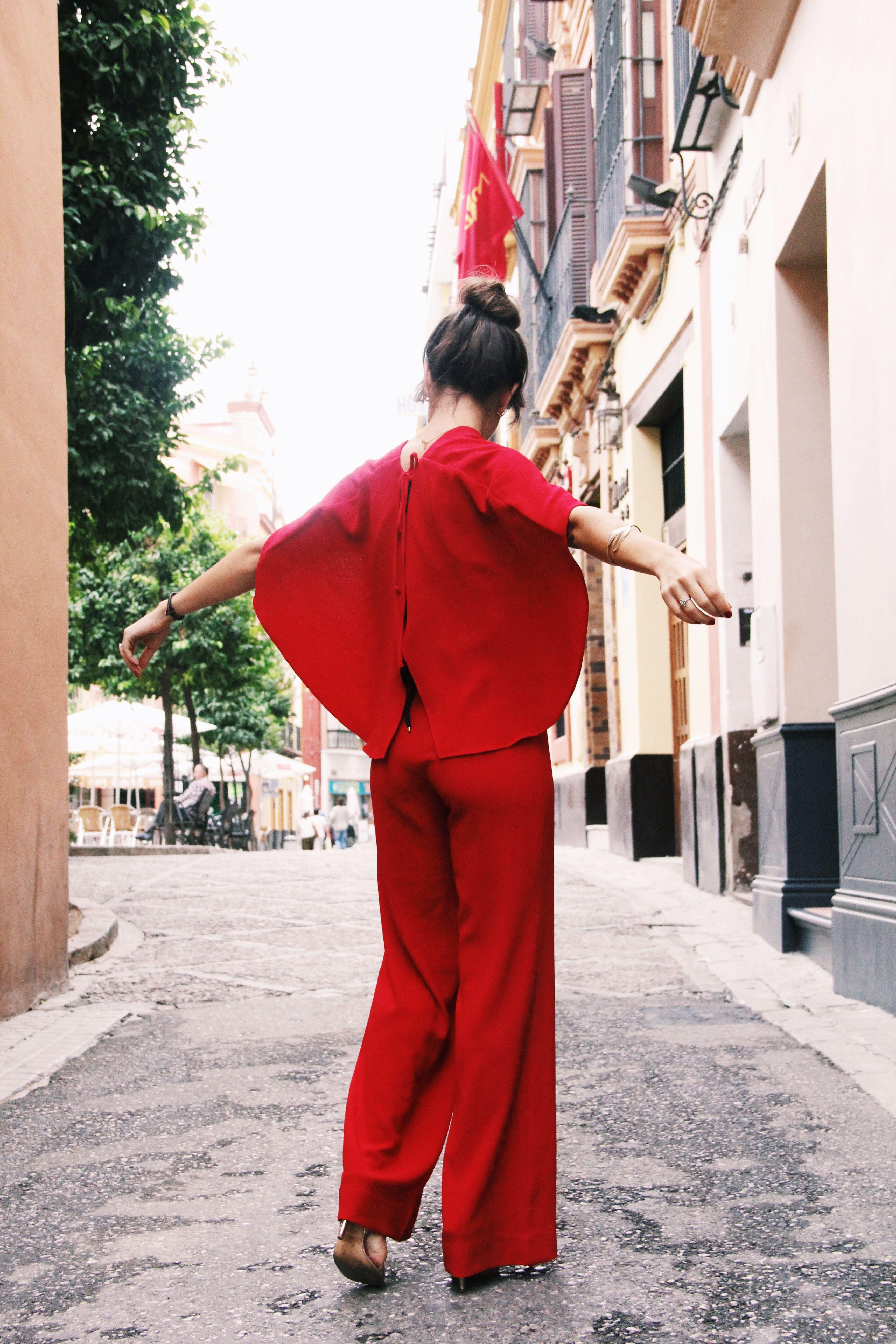 Zara- mono_rojo-Iook_de_boda-cinturon_de_pluma-complementos_dorados- red_outfit- chaqueta_terciopelo_bordado- Less_is_more-4