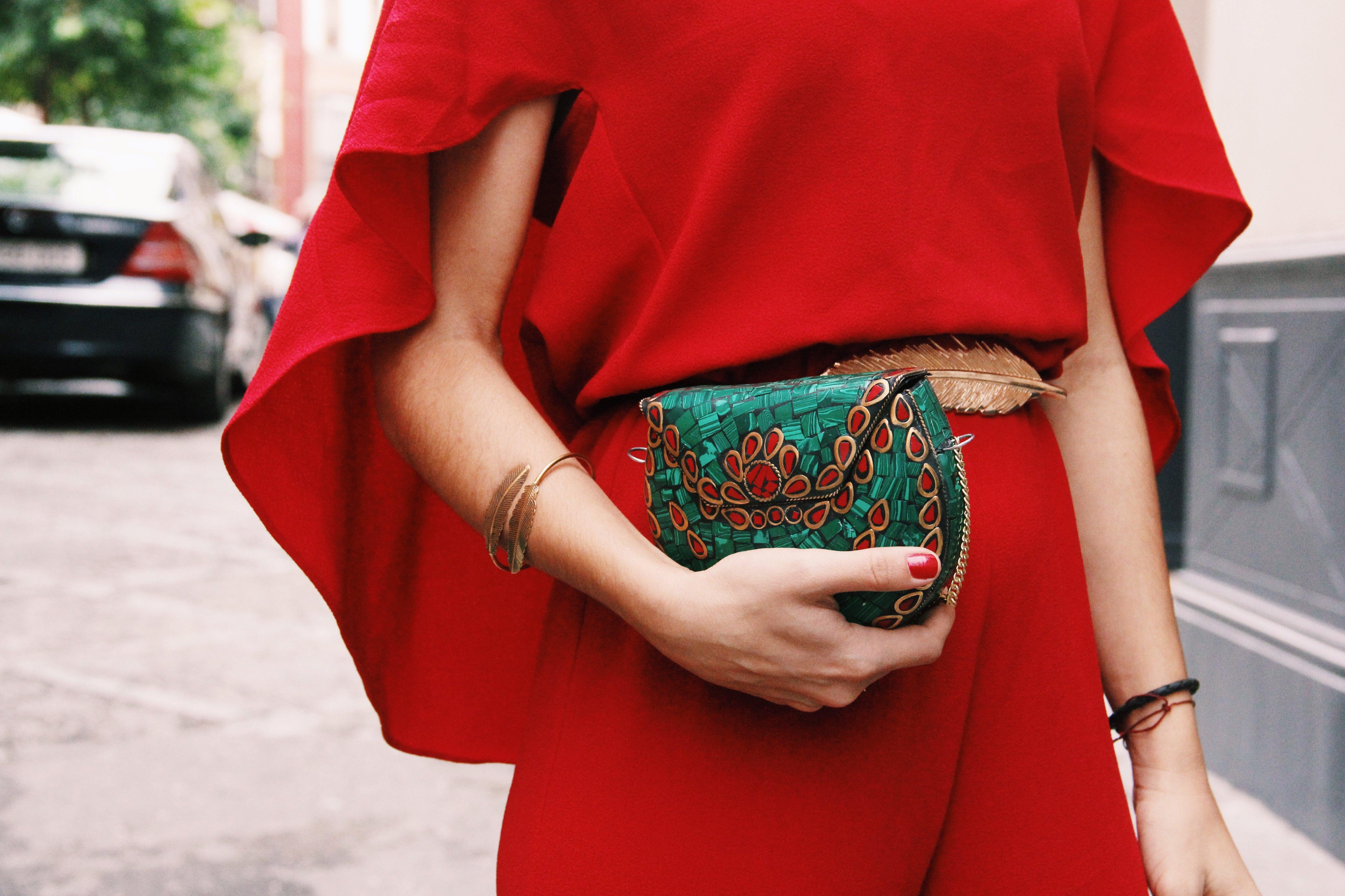 Zara- mono_rojo-Iook_de_boda-cinturon_de_pluma-complementos_dorados- red_outfit- chaqueta_terciopelo_bordado- Less_is_more-3