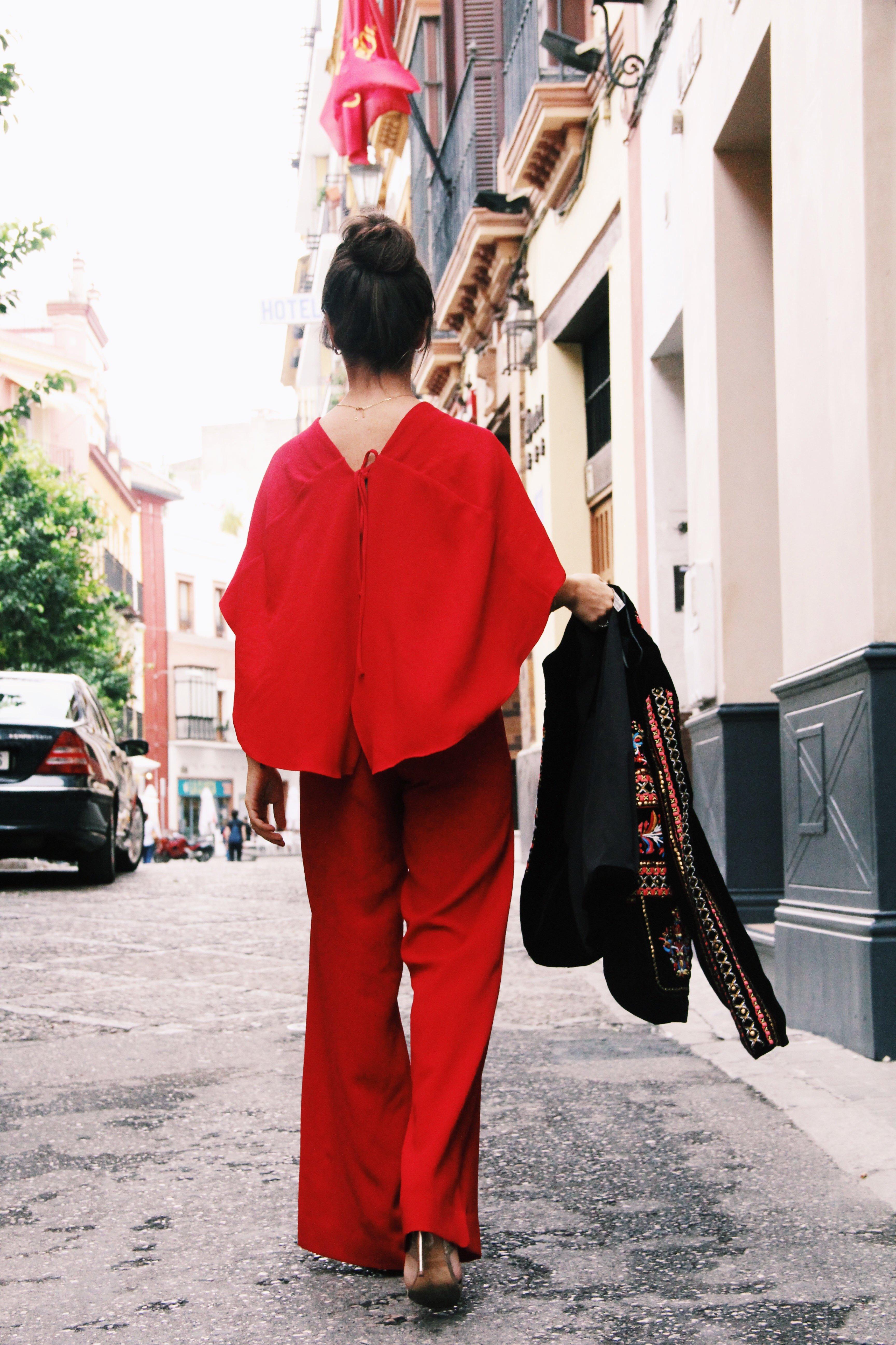 Zara- mono_rojo-Iook_de_boda-cinturon_de_pluma-complementos_dorados- red_outfit- chaqueta_terciopelo_bordado- Less_is_more-1