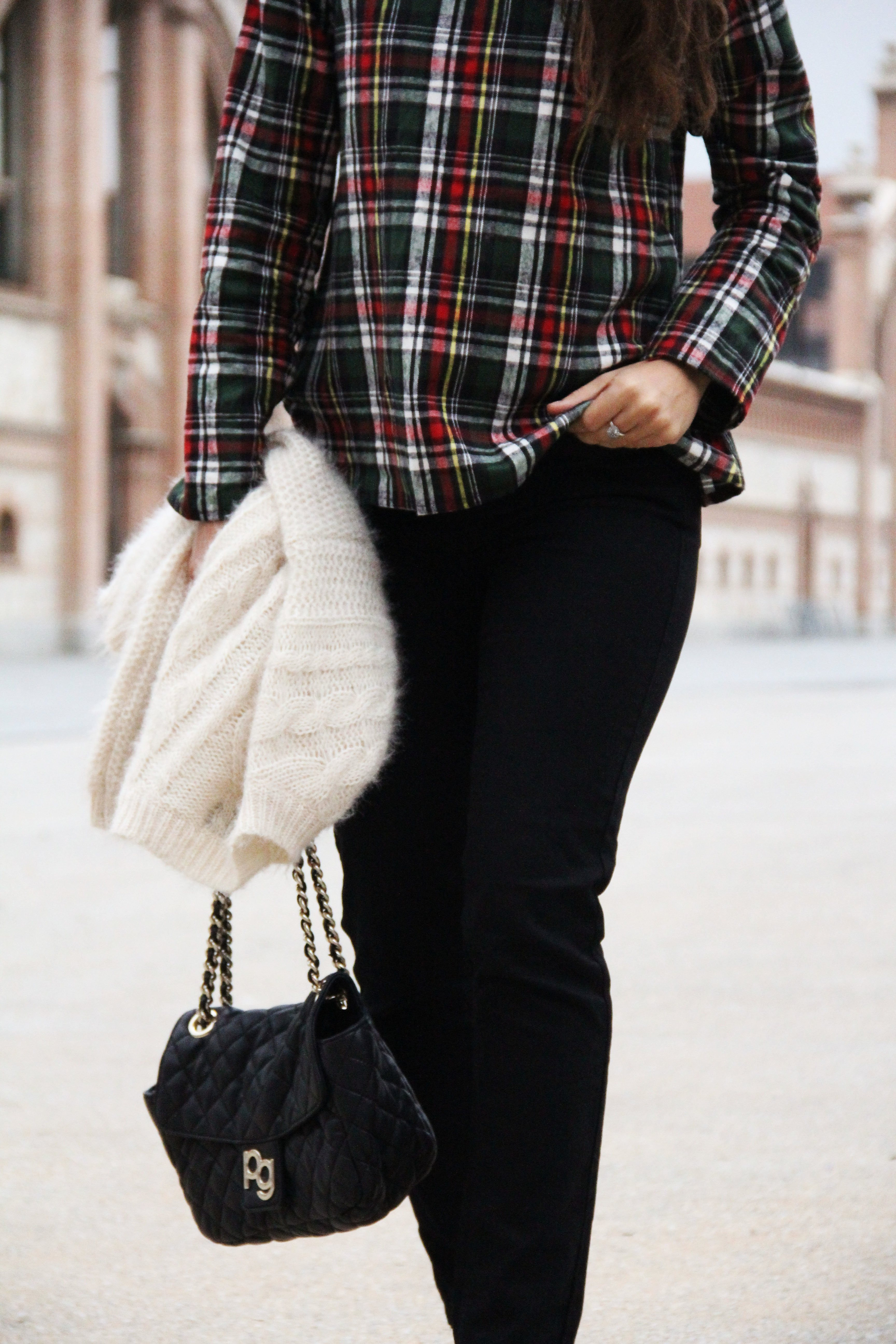 0_Less_is_more-black_jeans-compañía_fantástica-camisa_cuadros-salones_rojos-red_heels-outfit-street_style-bolso_purificacion_garcia-skinny_jeans