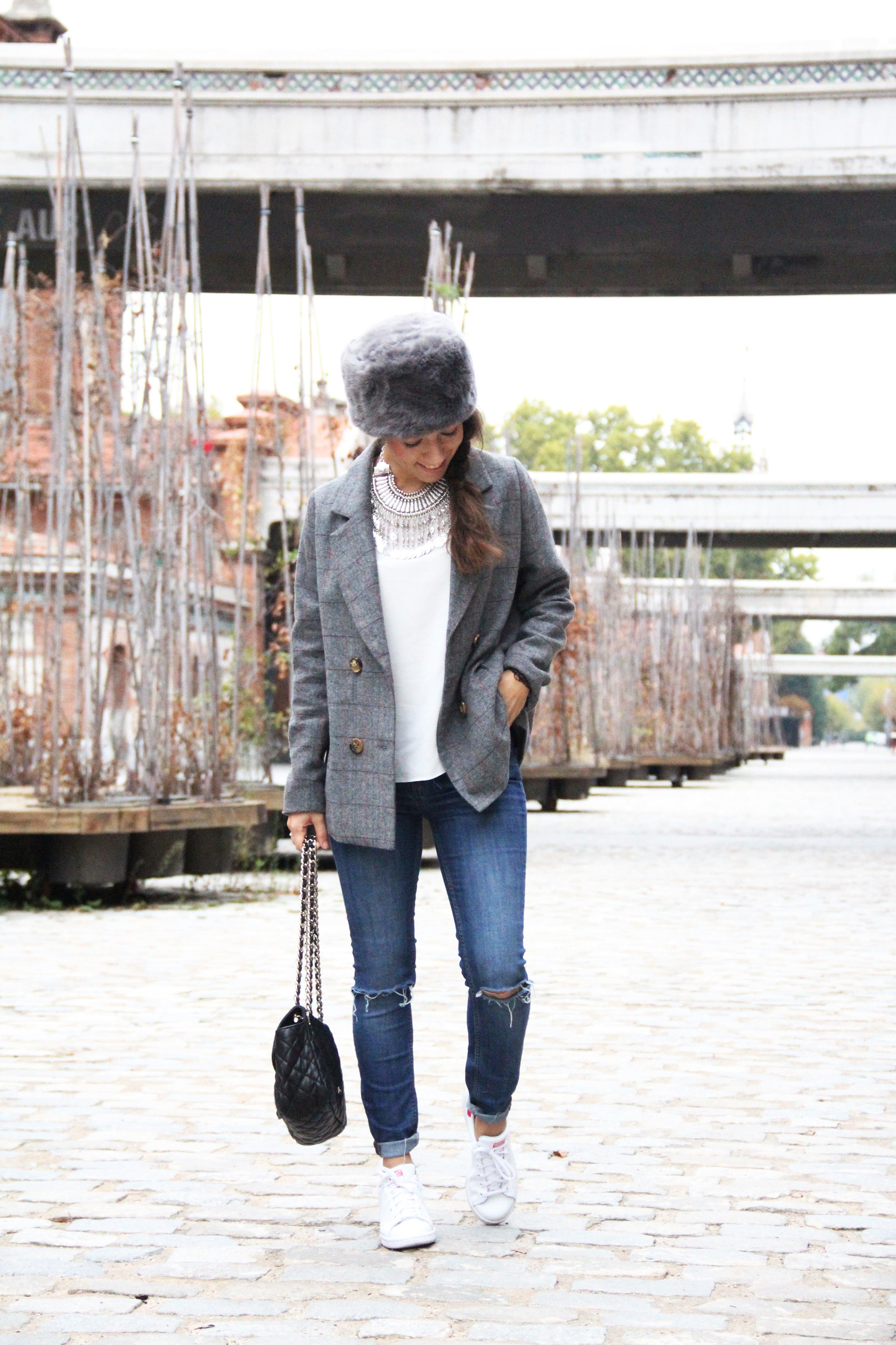 1_Less_is_more-ripped_jeans-compañía_fantástica-zapatillas_blancas-sneackers-gorro_de_pelo-blazer_de_cuadros-outfit-street_style-outfit-fashion_blogger