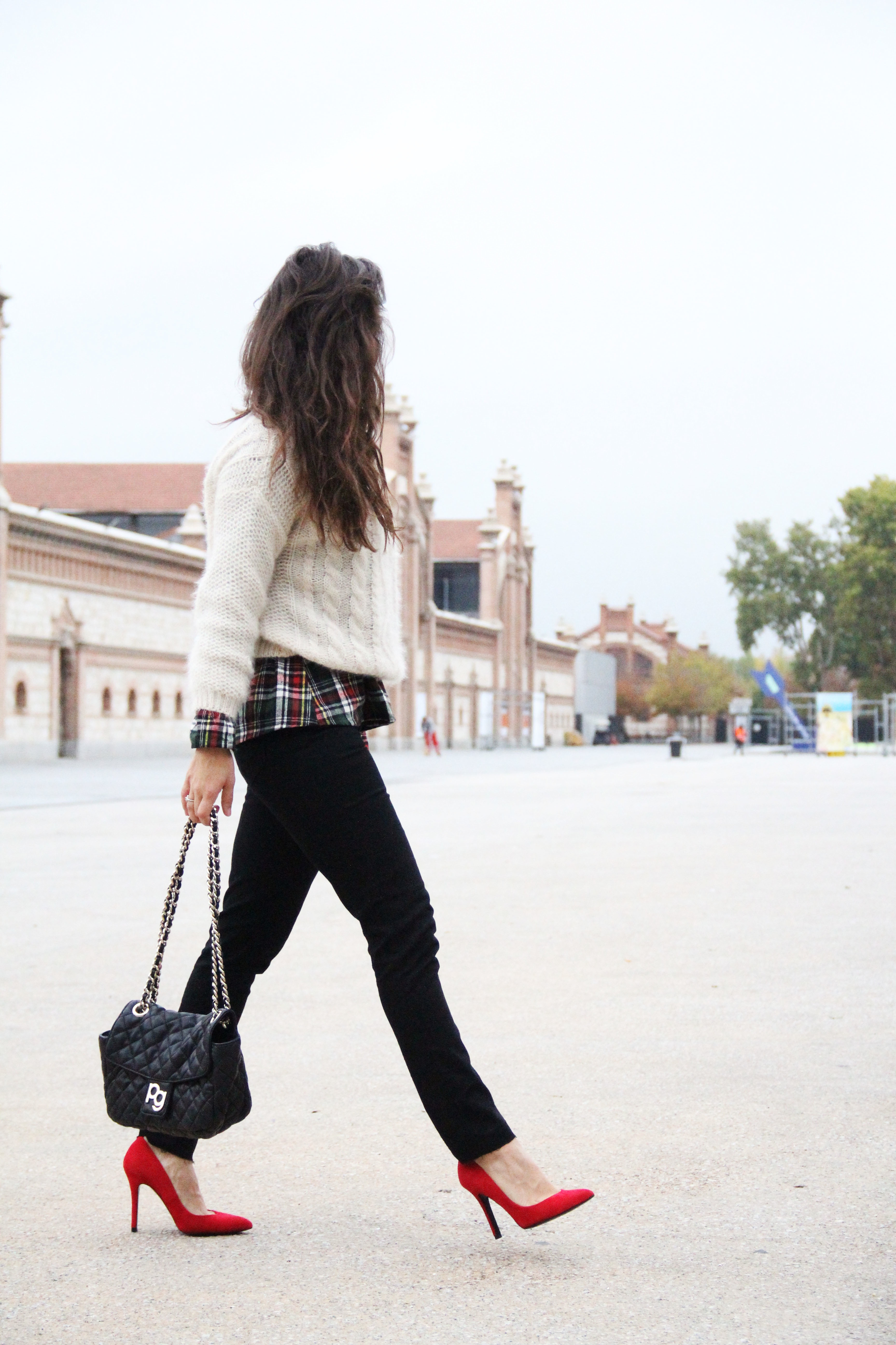 3_Less_is_more-black_jeans-compañía_fantástica-camisa_cuadros-salones_rojos-red_heels-outfit-street_style-bolso_purificacion_garcia-skinny_jeans
