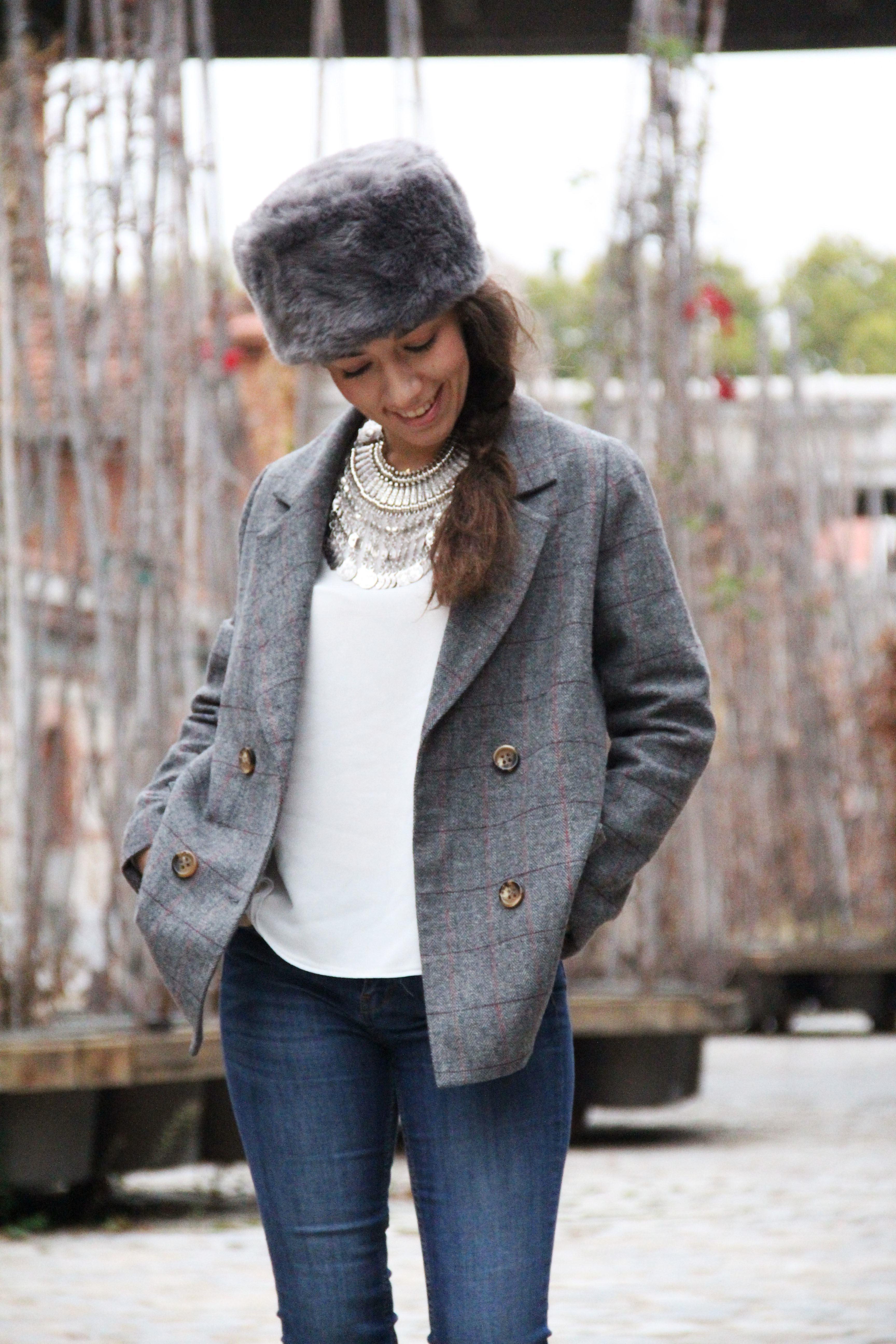 3_Less_is_more-ripped_jeans-compañía_fantástica-zapatillas_blancas-sneackers-gorro_de_pelo-blazer_de_cuadros-outfit-street_style-outfit-fashion_blogger