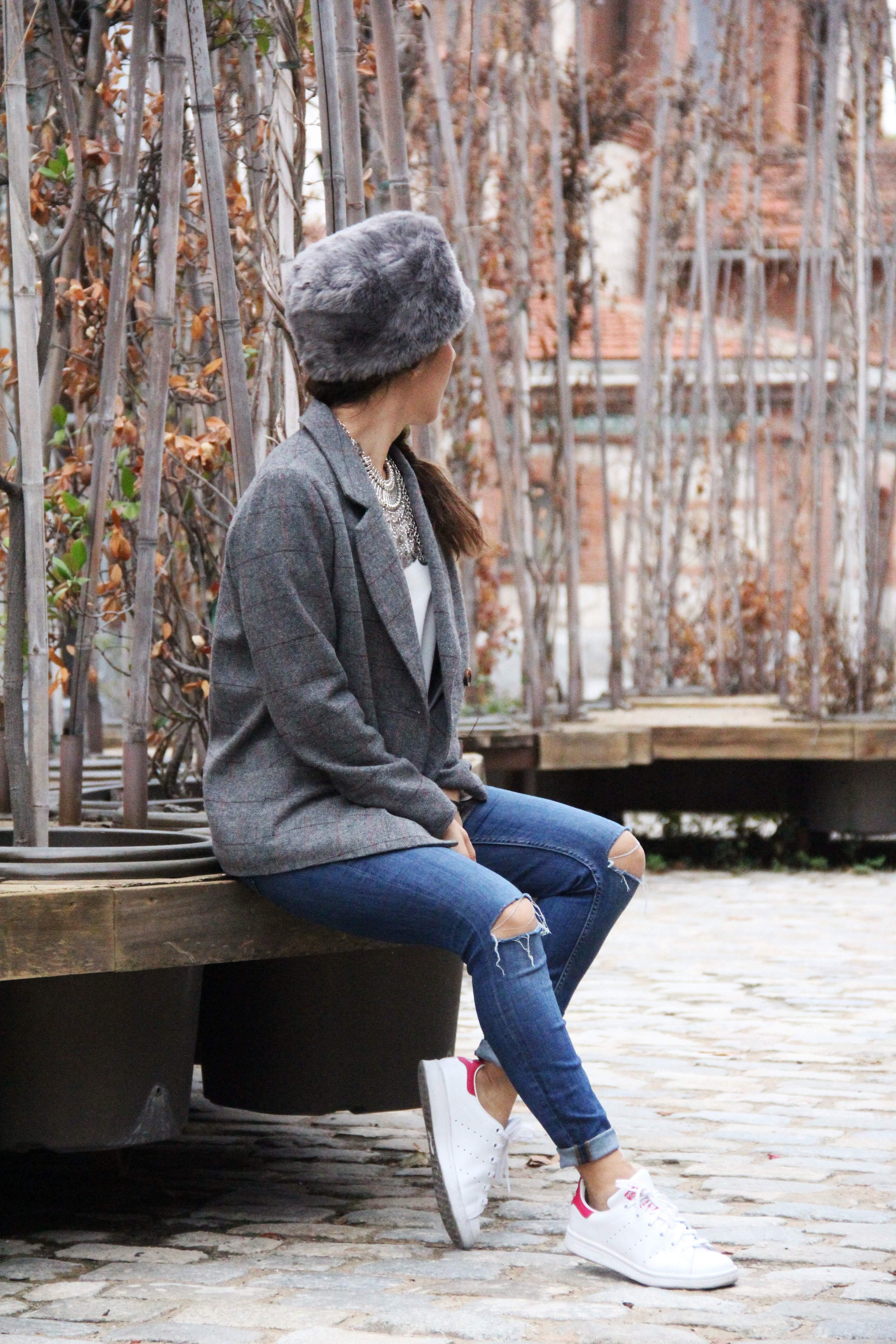 5_Less_is_more-ripped_jeans-compañía_fantástica-zapatillas_blancas-sneackers-gorro_de_pelo-blazer_de_cuadros-outfit-street_style-outfit-fashion_blogger