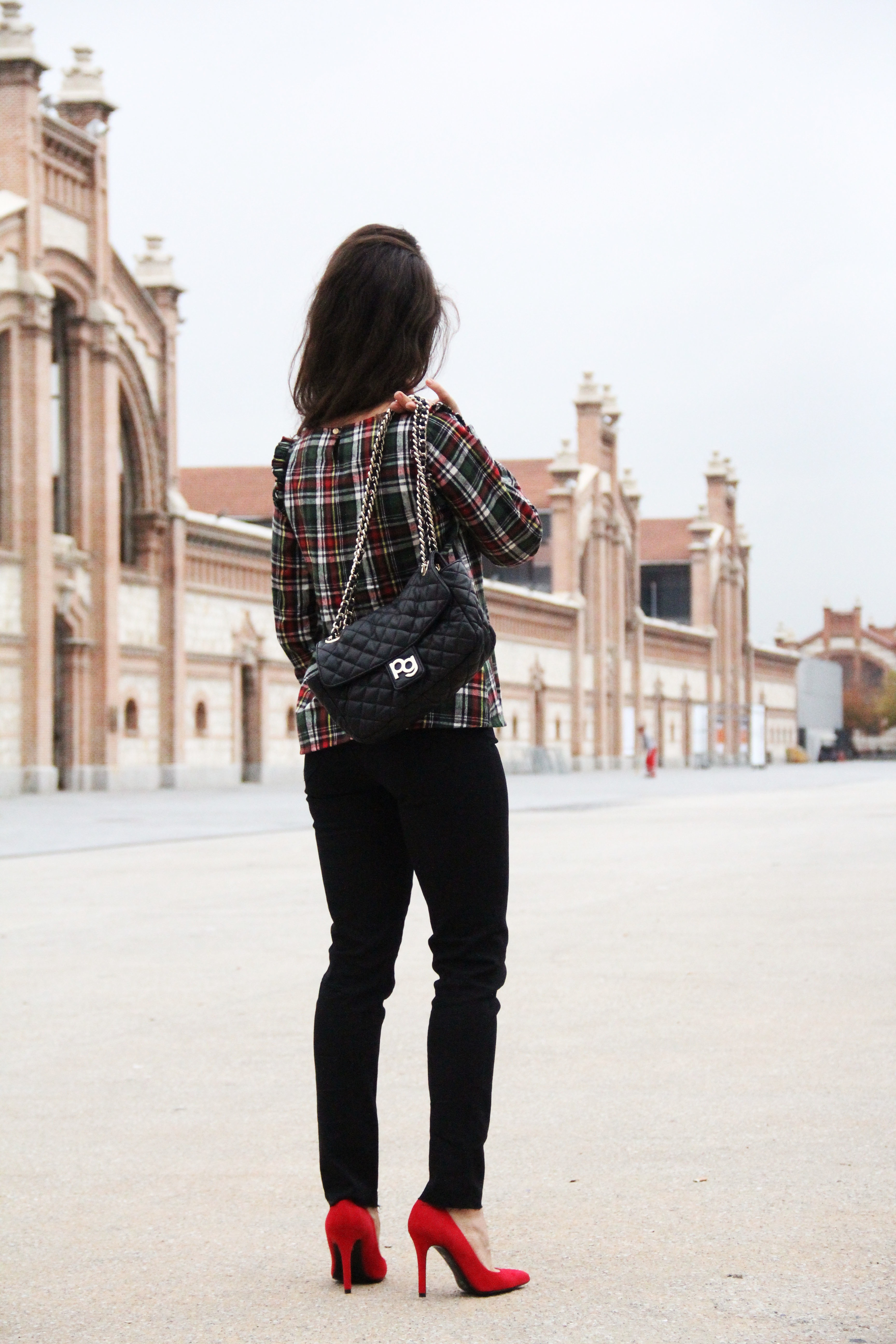 6_Less_is_more-black_jeans-compañía_fantástica-camisa_cuadros-salones_rojos-red_heels-outfit-street_style-bolso_purificacion_garcia-skinny_jeans