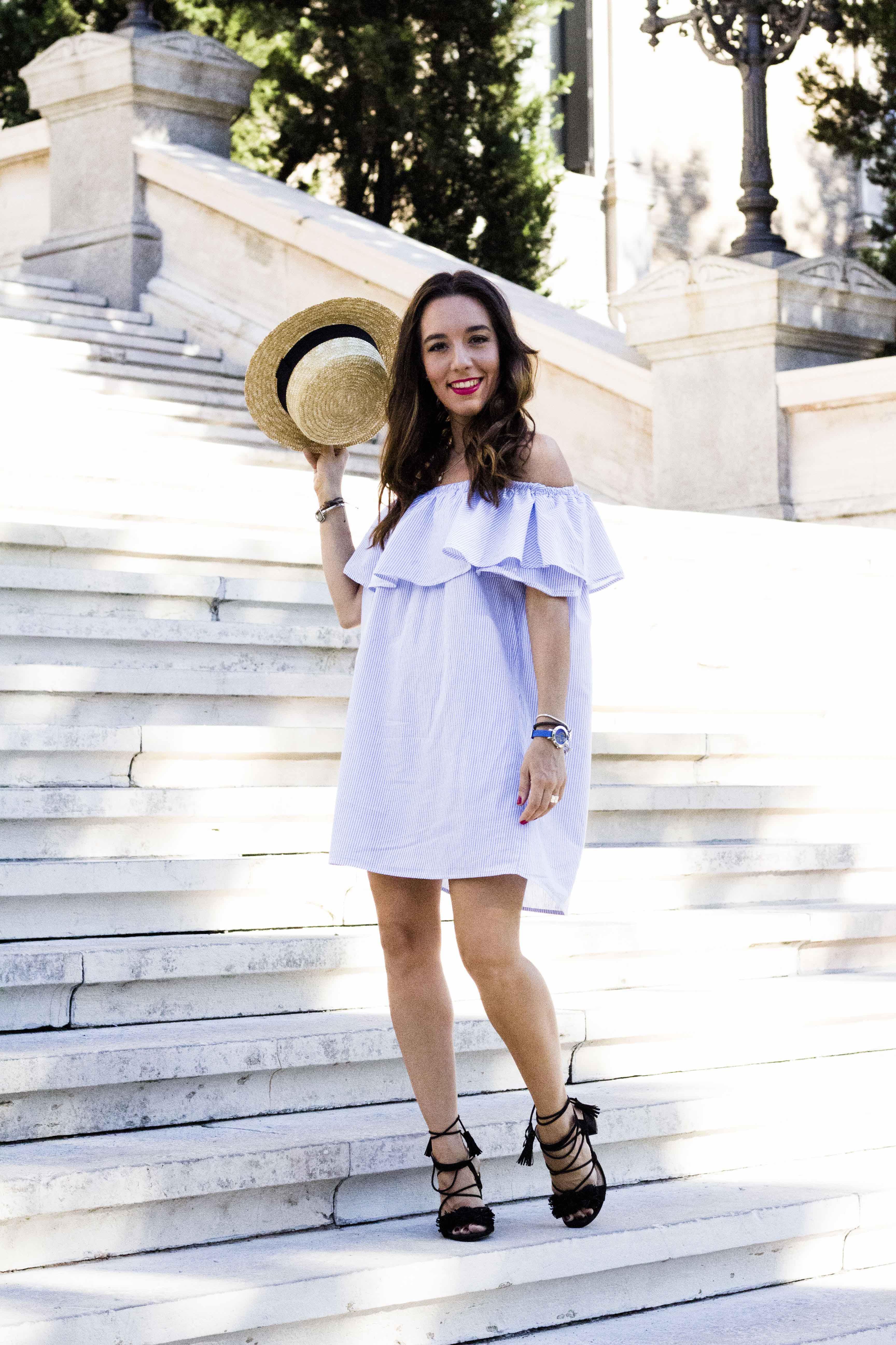 lucir_hombros_esta_de_moda-Summer_look-Off_The_Shoulders-Less_Is_More-sandalias_atadas-Street_Style-Sandalias_flecos-vestido_de_rayas-vestido_volante_zara-lessismoreblog